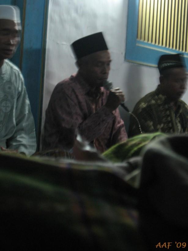 Mbah, atau pak ya? Abdul Wadud memimpin tahlilan.....